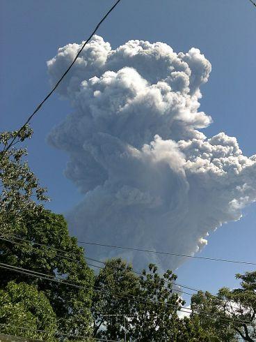 Fumarola_4_ó_5_minutos_después_de_iniciado_la_erupción_del_29_de_diciembre_de_2013._Desde_San_Rafael_Oriente,_San_Miguel.